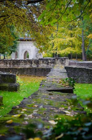 秋の遺跡の建築