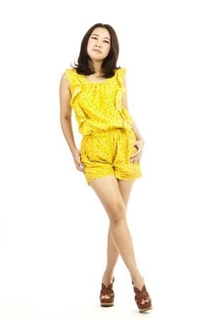 belle femme portrait complet du corps asiatique isolé sur fond blanc