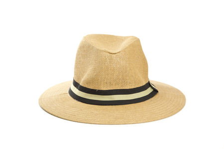 chapeau de paille isolé sur fond blanc