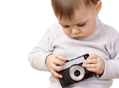 ni�o empujando: Lindo ni�o empujar el bot�n de la antigua photocamera, aislado m�s de blanco Foto de archivo