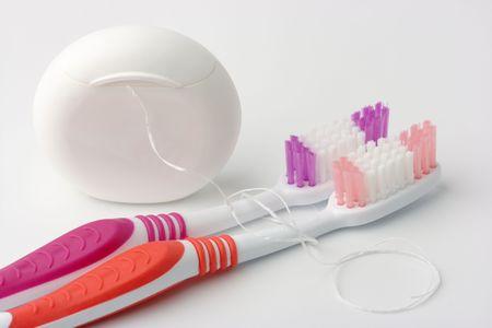 art�culos de perfumer�a: Dos cepillos de dientes y el hilo dental - art�culos de tocador comunes