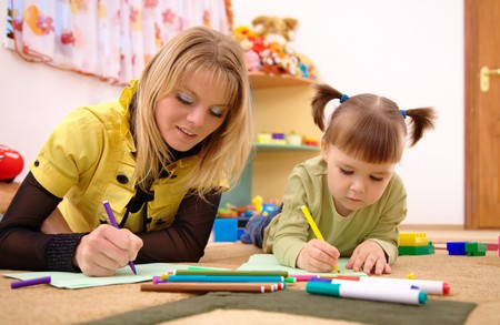 educadores: Juego de maestro con ni�o lindo en preescolar