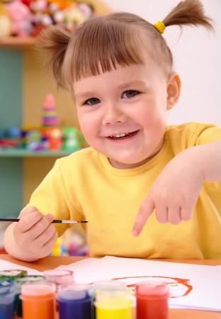 Juego de Cute ni�os alegres con pinturas en preescolar  Foto de archivo - 7347463