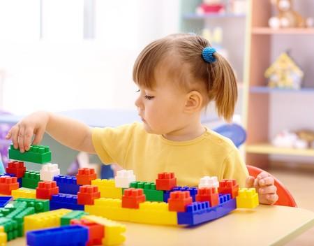 preescolar: Cute poco juego de ni�a con la construcci�n de ladrillos en preescolar
