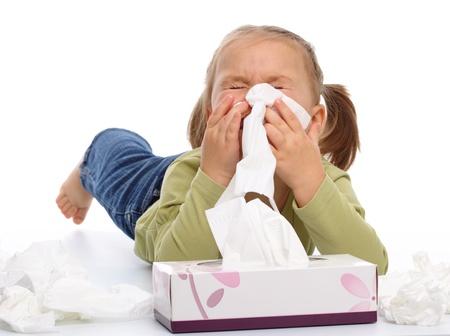 sneezing: Bambina soffia il suo naso mentre posa sul pavimento, isolato over white
