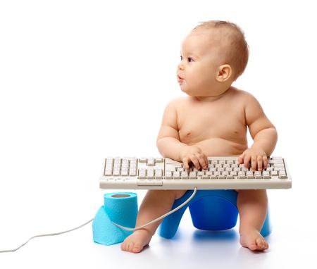 vasino: Bambino sta digitando mentre seduta sul vasino, isolato su bianco Archivio Fotografico