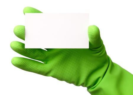 servicio domestico: Mano en guantes de goma verde mostrando la tarjeta de presentaci�n en blanco, aislado en blanco