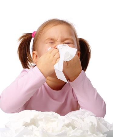 tos: Ni�a sopla su nariz, aislado en blanco Foto de archivo
