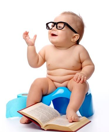 t�pfchen: Kind auf potty Spiel mit Brille und Buch, hintrgrund isoliert wei�