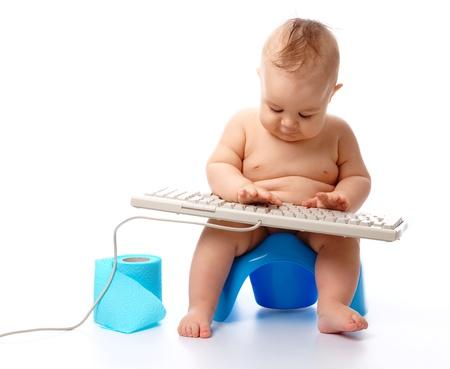 t�pfchen: Kleines Kind ist beim Sitzen auf T�pfchen, isolated Over white eingeben