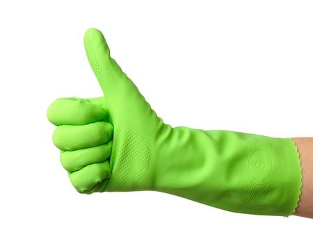 servicio domestico: Mano usando guantes de goma verde muestra el pulgar en signo, aislado en blanco