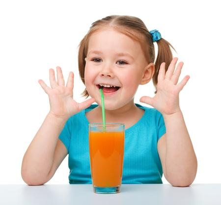 vaso de jugo: Ni�a feliz con un vaso de jugo de naranja, aislado en blanco