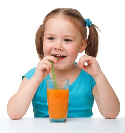 drinking straw: Succo d'arancia Carino bevande bambina con cannuccia, isolato su bianco