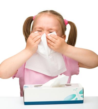sneezing: Bambina si soffia il naso, isolato su bianco