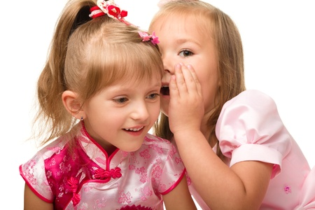Zwei kleine Mädchen chatten isolated over White,