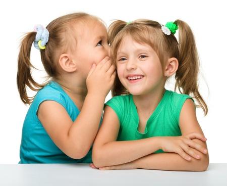 niños platicando: Dos niñas están en el chat, aislado más de blanco