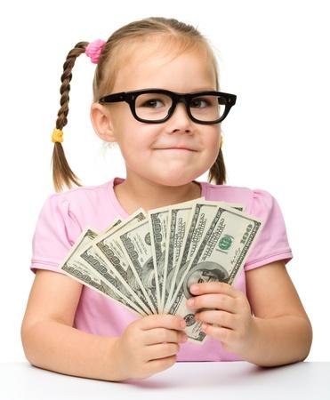 contando dinero: Linda chica alegre poco con el papel moneda - d�lares, aislado m�s de blanco