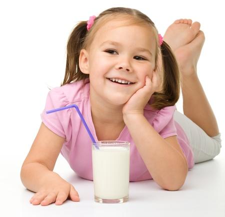 glass milk: Petite fille mignonne avec un verre de lait, isol� sur blanc