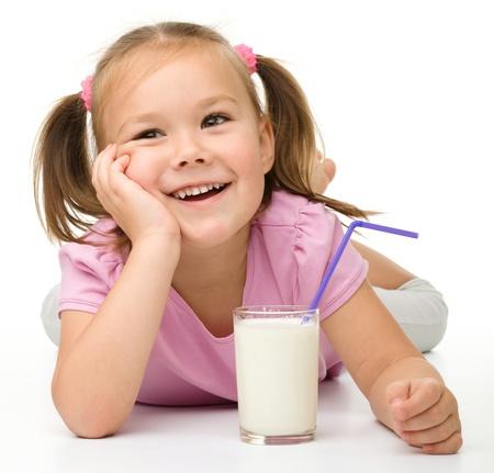 nutrici�n: Ni�a linda con un vaso de leche, aislado m�s de blanco Foto de archivo