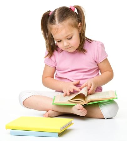 ni�os leyendo: Linda ni�a lee un libro, aislado m�s de blanco
