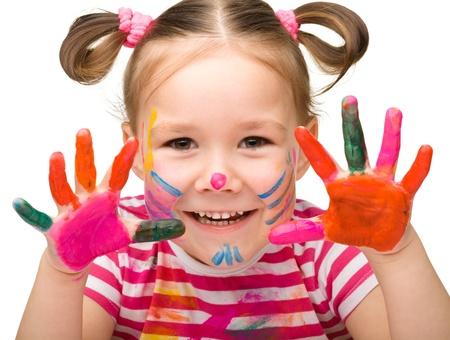 vibrant colors fun: Ritratto di una ragazza carina allegra con le mani dipinte, isolato su bianco