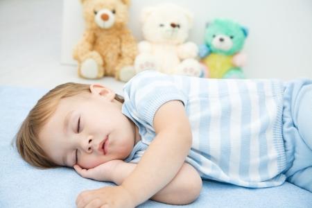 enfant qui dort: Mignon petit gar�on dort sur un oreiller blanc