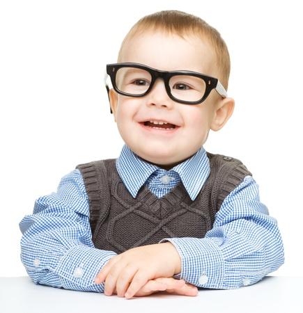 occhiali da vista: Ritratto di un ragazzo carino con gli occhiali, isolato su bianco