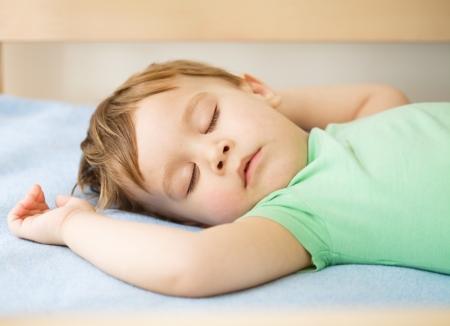 Portrait d'un petit garçon mignon dormant sur un oreiller blanc Banque d'images - 16792295