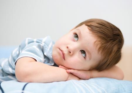 Porträt von einem niedlichen kleinen Jungen nachdenklich