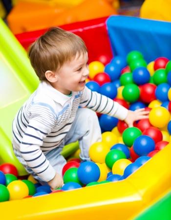 children playground: El ni�o peque�o est� jugando en el patio de recreo Foto de archivo