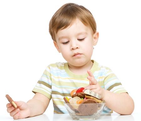 Retrato de un niño con galletas, aislado más de blanco