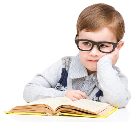 edb9083a78173d  19294346 - Schattige kleine kind te spelen met boek en bril terwijl zittend  aan tafel