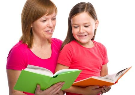 Feliz madre y su hija están leyendo libros, aislados en blanco Foto de archivo - 21621871