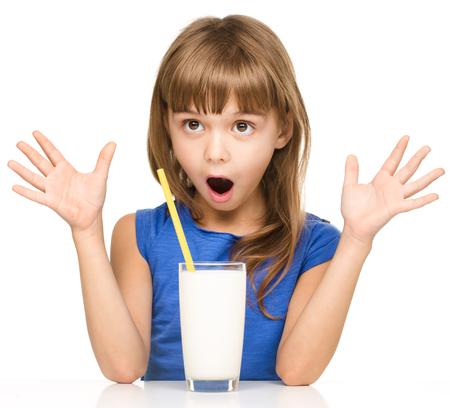 wow: Linda ni�a bebe la leche usando una pajita para beber, aislado m�s de blanco