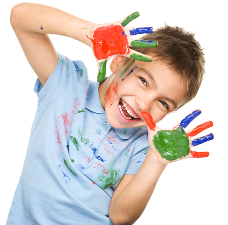 kinder: Retrato de un muchacho alegre linda que muestra sus manos pintadas en colores brillantes, aislados en blanco