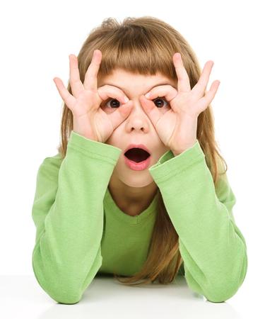 asombro: Asombrado niña está mostrando el gesto vasos, aislado más de blanco