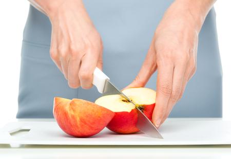 クックは、赤いリンゴ、クローズ アップ撮影をチョッピングします。