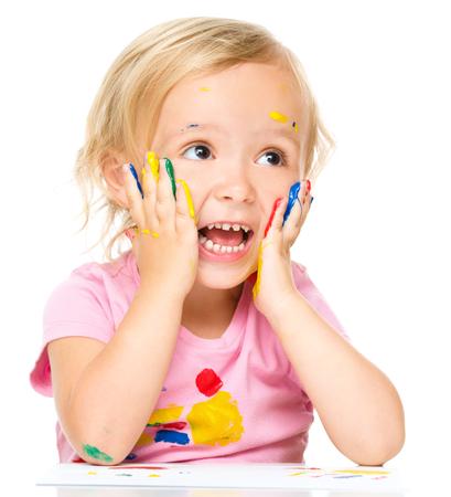 astonishment: La ni�a est� sosteniendo su cara de asombro mientras juegan con las pinturas, aislado m�s de blanco