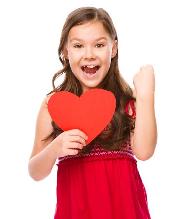 asombro: Niña con el corazón rojo, sosteniendo su cara de asombro, el concepto de Valentine, aislado más de blanco Foto de archivo