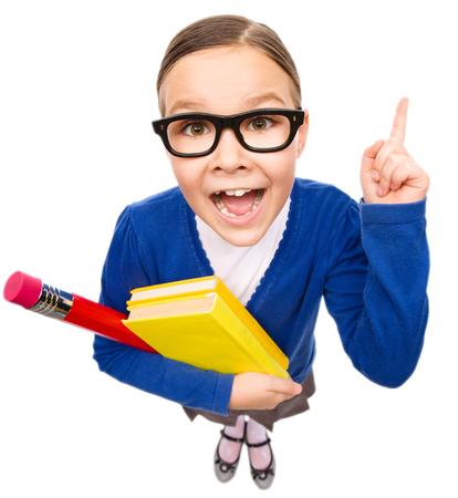 dedo indice: Niña divertida es la celebración de libros y explicar algo que señala con su dedo índice, ojo de pez retrato, aislado más de blanco Foto de archivo