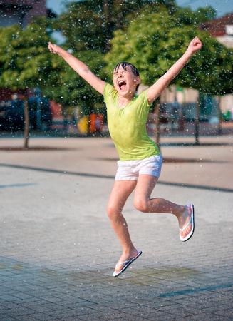 hot summer: Verano caliente en la ciudad - chica est� ejecutando a trav�s de fuentes