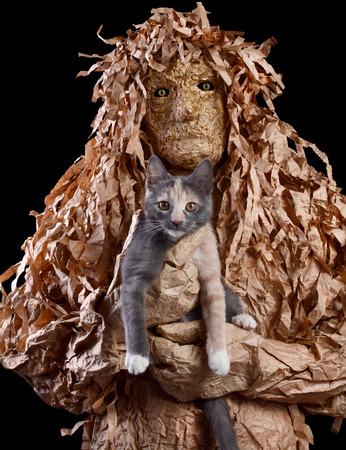 espantapajaros: La criatura asustadiza se sostiene en el gato de las manos. La entrada al inframundo con la ayuda de un gato