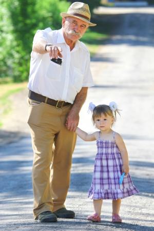 dědeček a vnučka jsou na cestě