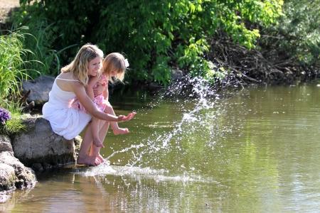 自然に彼女の娘を持つ若い母親