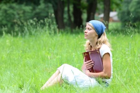 若い女の子は、聖書を読んでください。