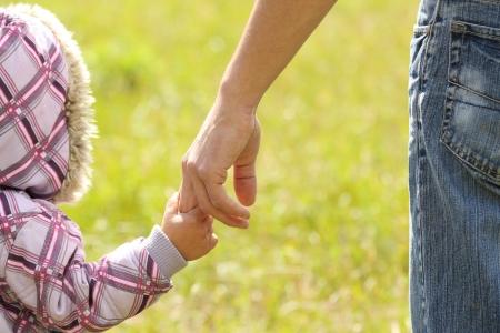generosidad: padre tiene la mano de un ni?o peque?o
