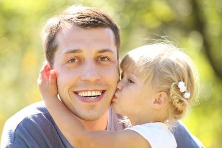 自然に彼は小さな娘と若い父親 写真素材