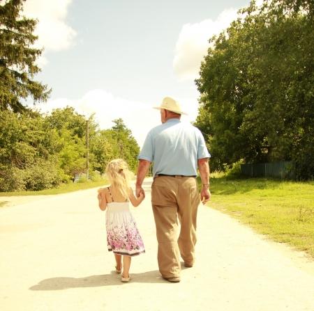 grandfather: un Abuelo y nieta están en el camino Foto de archivo