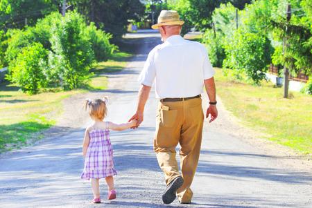 彼の孫娘と祖父は、道路上