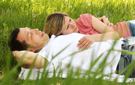 couple amoureux: un beau jeune couple dans l'amour dans la nature Banque d'images